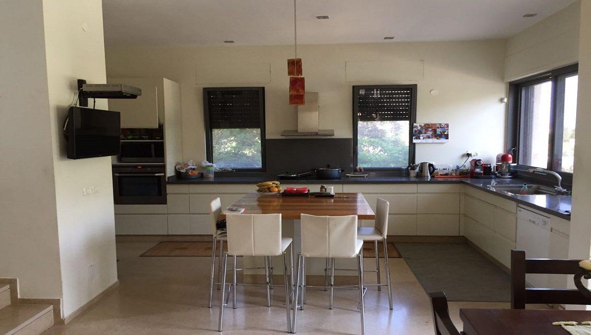 בית עם בריכה למכירה בקיסריה